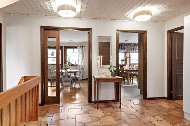 Sikt mot kök och vardagsrum från entrén