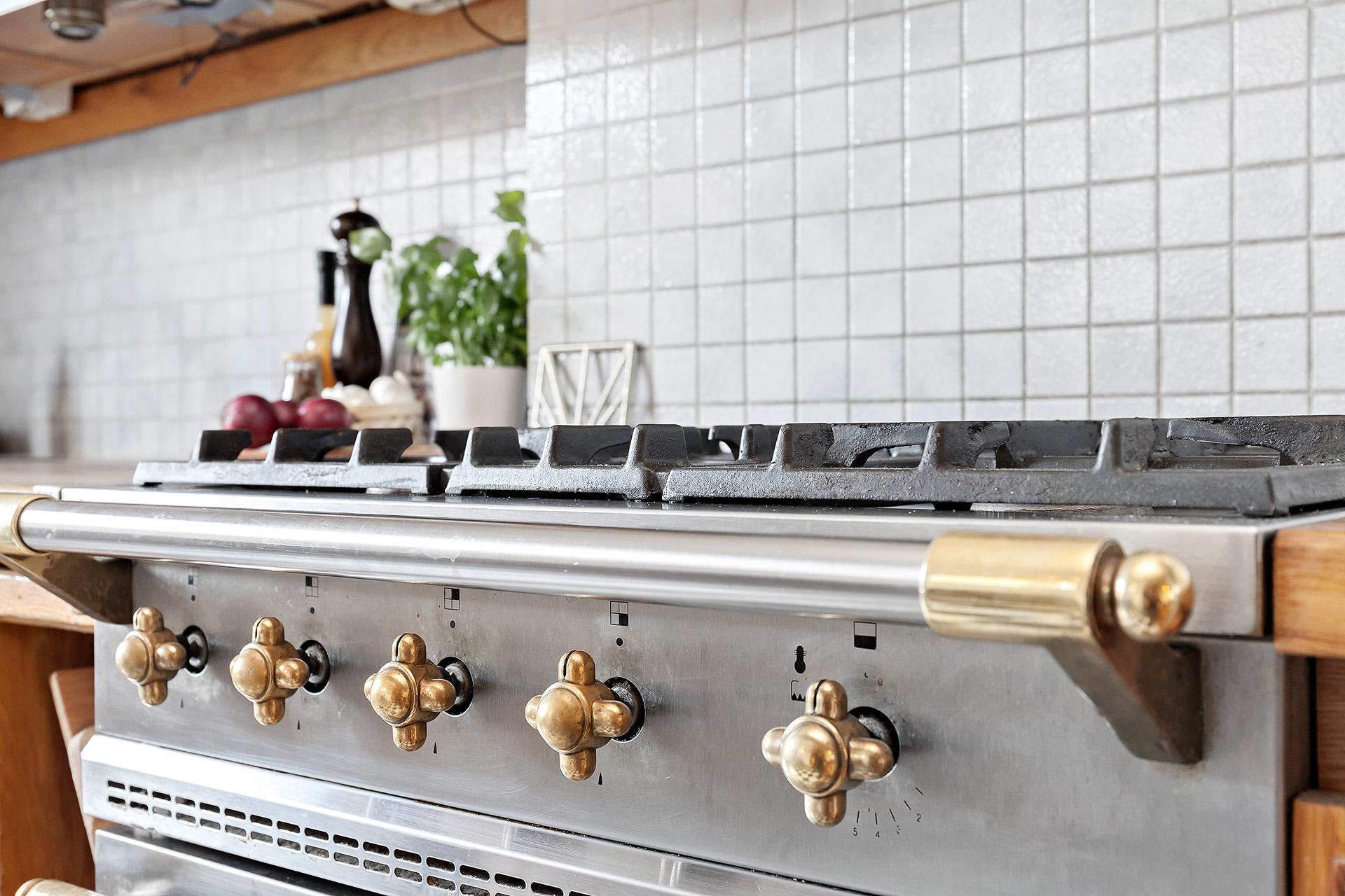 Fantastisk gasspis från Lacanche! I byn Lacanche i regionen Bourgogne har man sedan 1800-talet tillverkat ugnar, spisar och köksutrustning i andan av en lång tradition av metallhantverk.