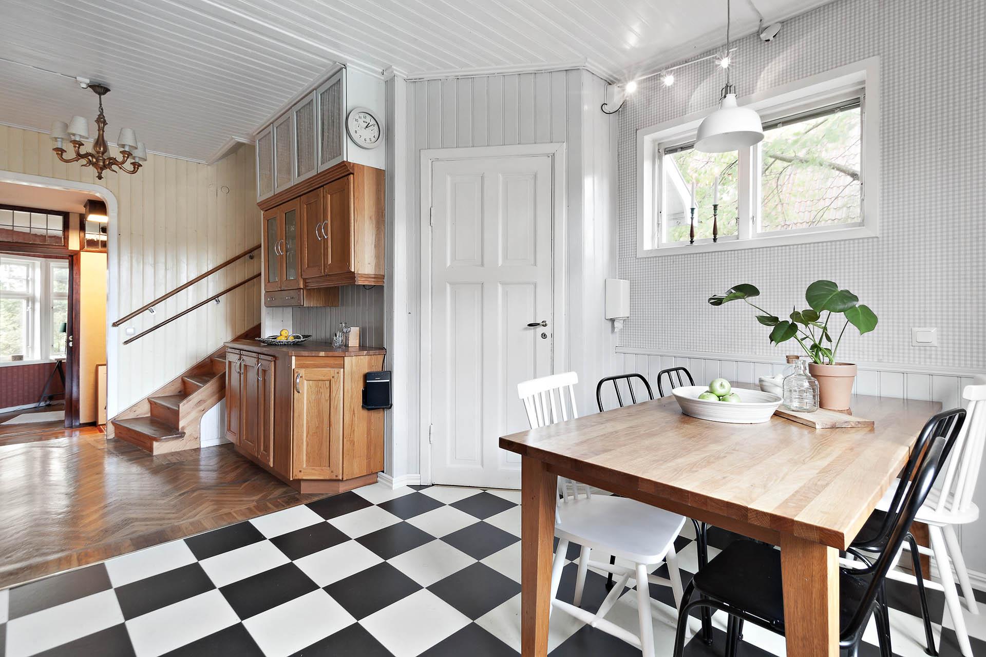 Öppen planlösning mot inre hall. Dörren leder till köksentré och källare.