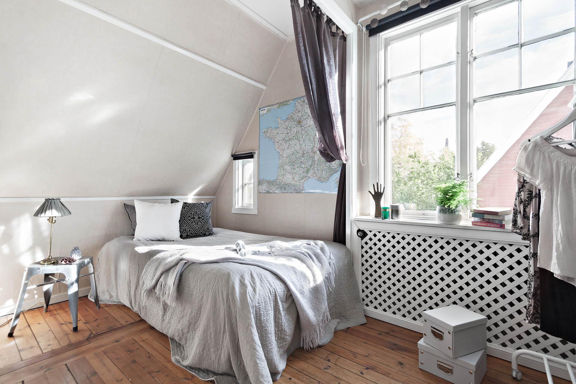 Sovrum med stort fönster