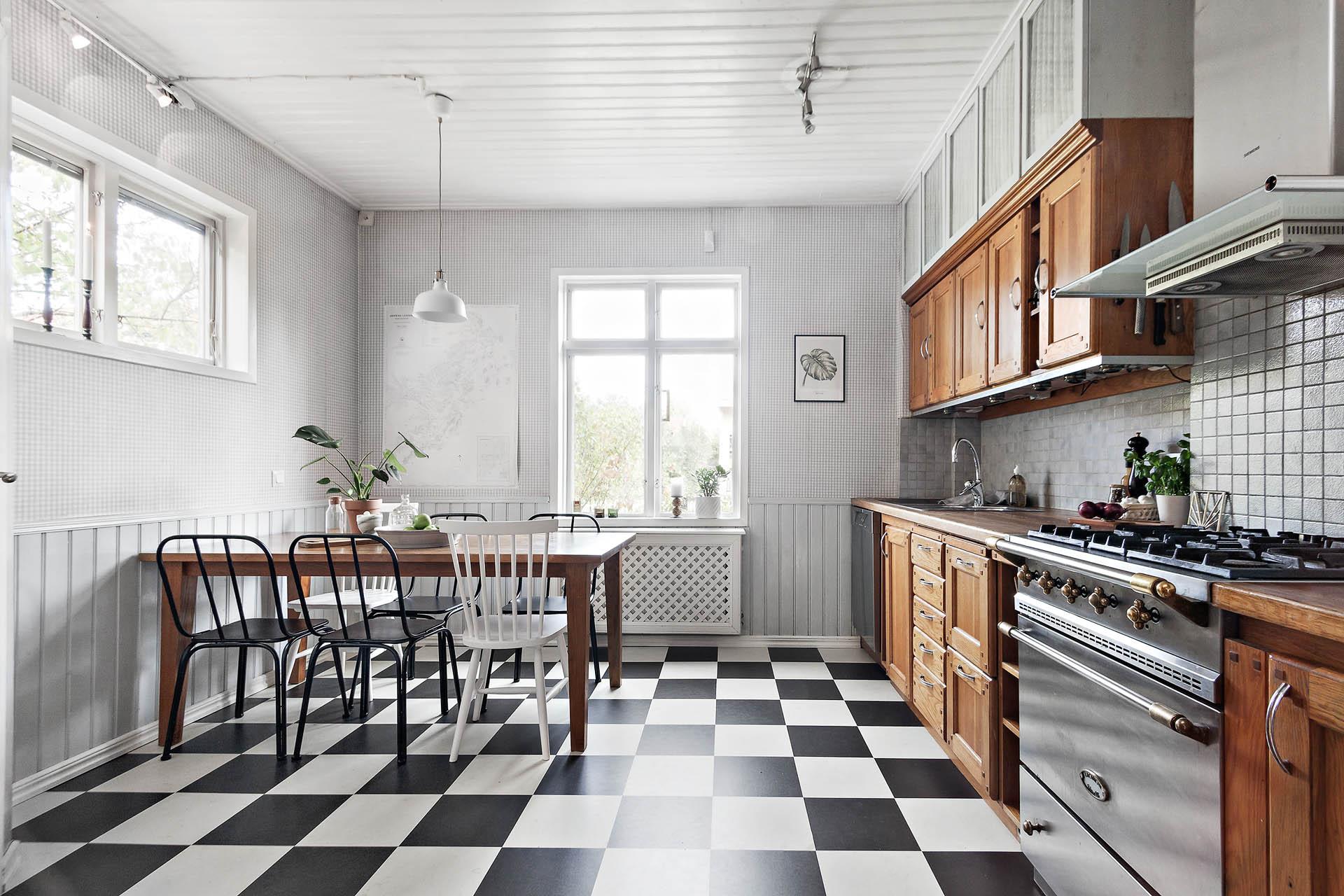 Rymligt kök med gott om plats för familjen.