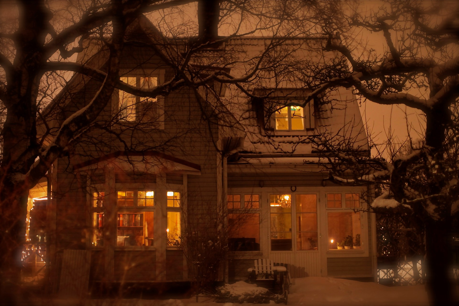 Säljarens egna bilder - huset i vinterskrud.