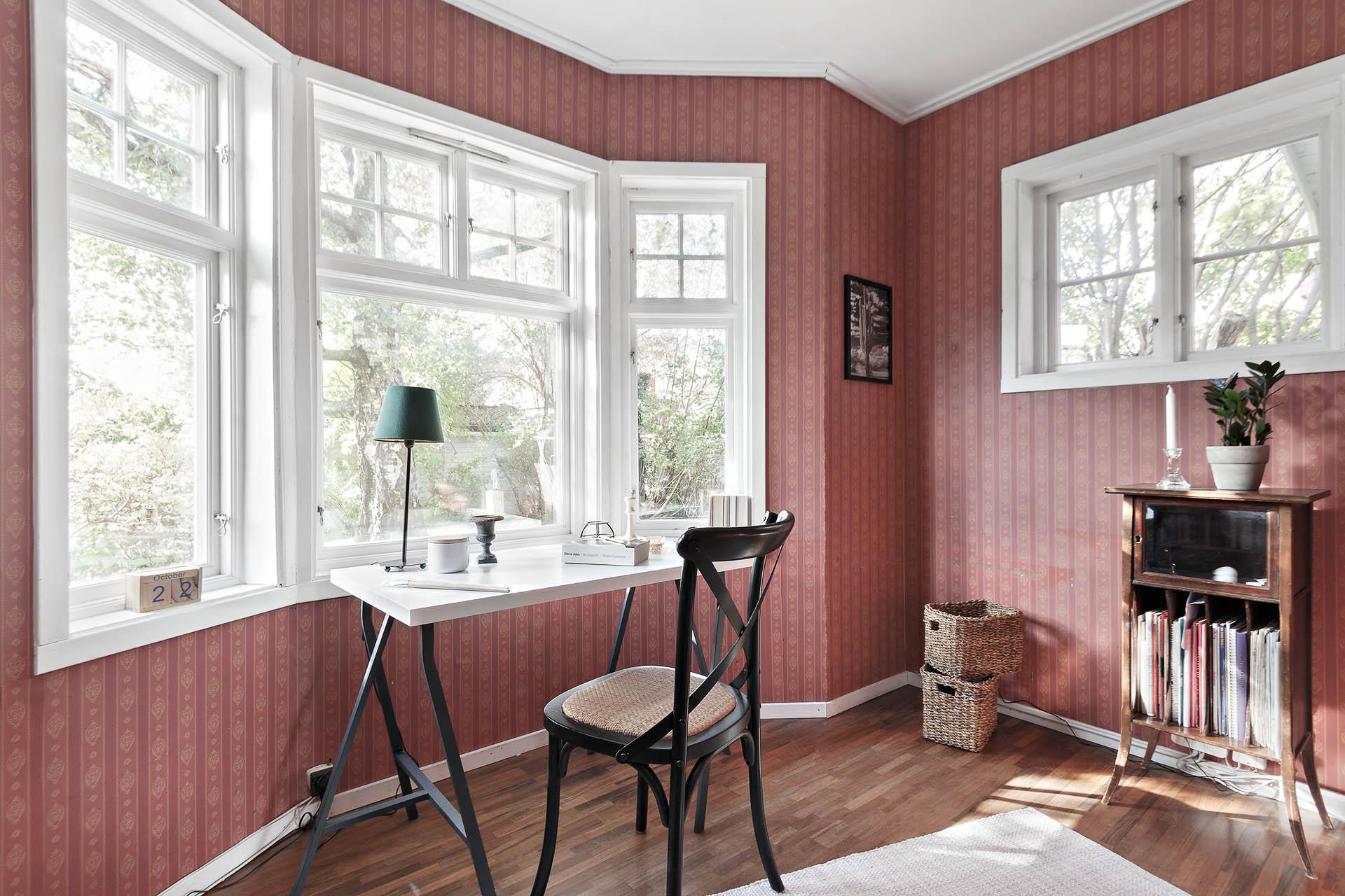 Skrivstuga eller gästrum, oavsett vilket är detta ett vackert rum med fina fönster.