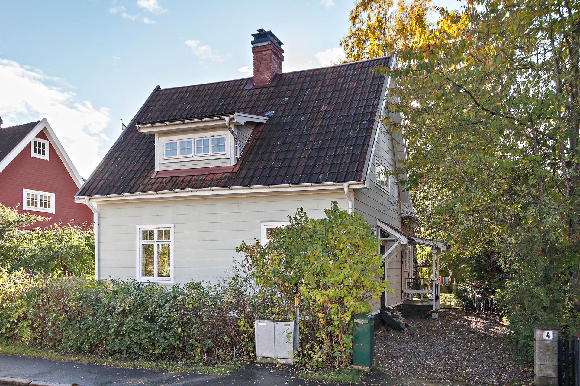 Ett av de ursprungliga Enskedevillorna.  Hustypen uppfördes som en modellstuga till Stockholmsutställningen  1909 i syfte att göra reklam för Enskedes trädgårdsstad.