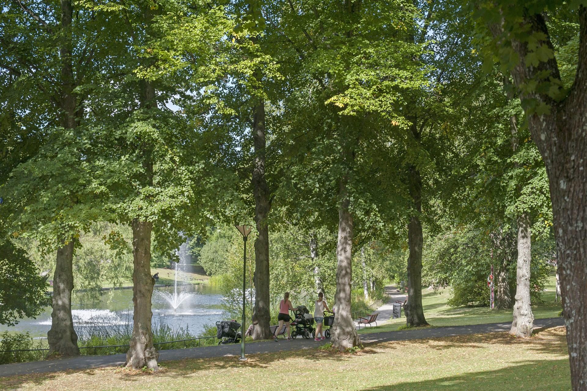 Trevliga promenadstråk i parken