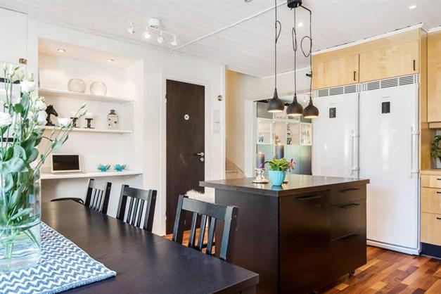 Kök med köksö och mindre arbetshörna