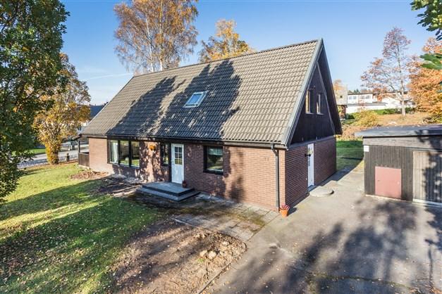 Välskött villa med ljus och öppen planlösning i centrala Fellingsbro!