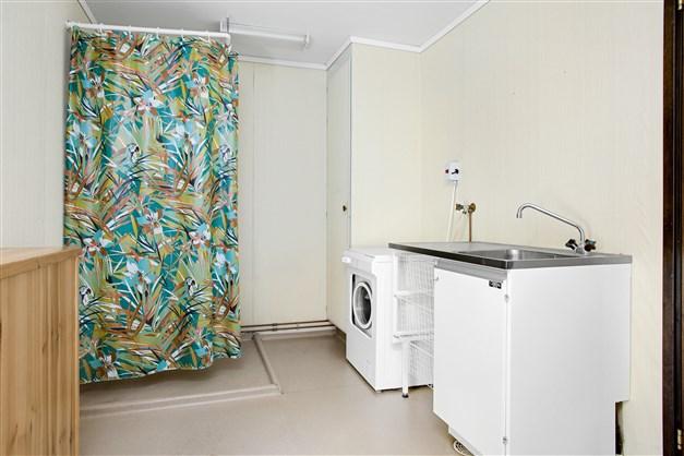 Praktisk groventré/tvättstuga med dusch.