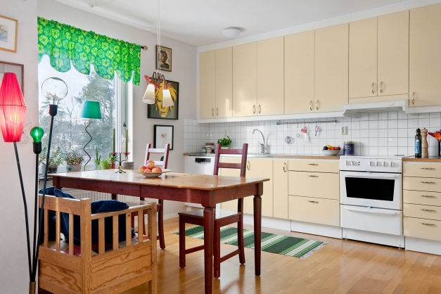 I anslutning till vardagsrummet ligger köket med stor matplats