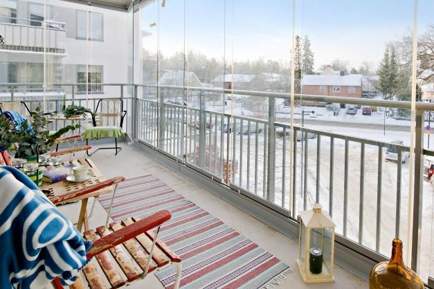 Den stora balkongen blickar ut mot villorna i Herrängen