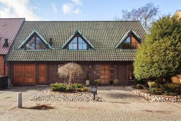 Vackra kopparbeklädda kupor och dekorativa dörr och fönsterpartier!