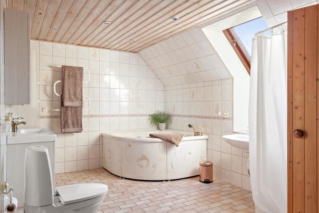 Badrum med dusch, Jacuzzi och bastu på övre plan