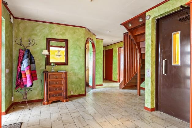 Stor och härlig entré där man kan välja att ta hissen eller trappan