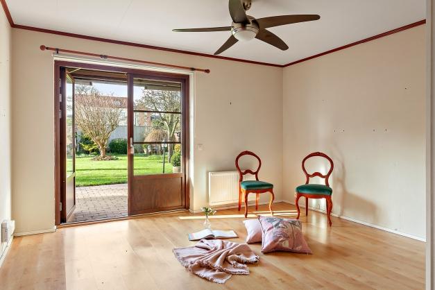Master bedroom/arbetsrum på bottenplan med utgång till trädgården i västerläge