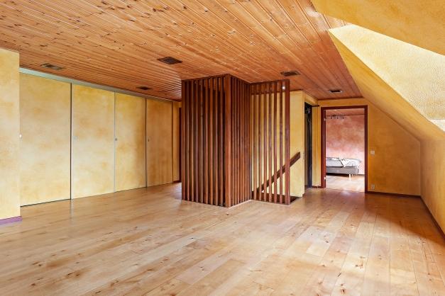 En trappa upp finns tre stora sovrum och mängder med förvaring
