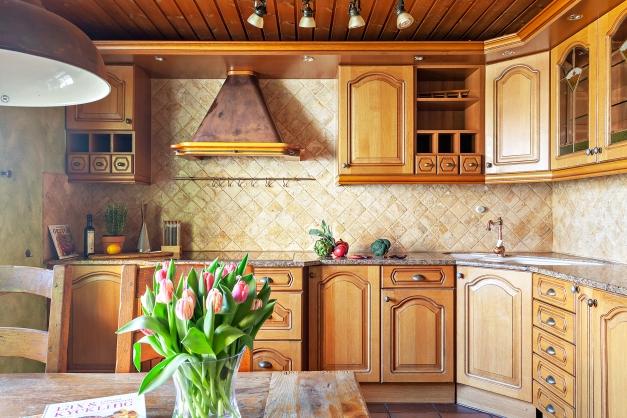 Massivt ek-kök med dekorativ mässingsfläkt