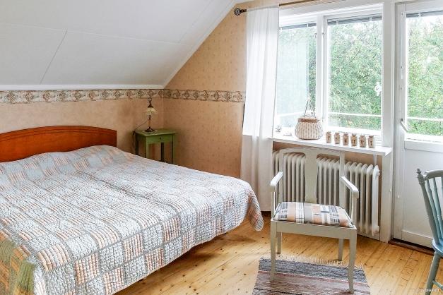 Sovrum 3 på övervåning med utgång till balkong och stor alkov!