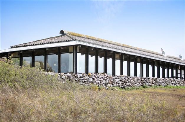 Stora fönsterpartier mot havet i matsalen