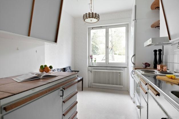 Köket rymmer plats för matbord.