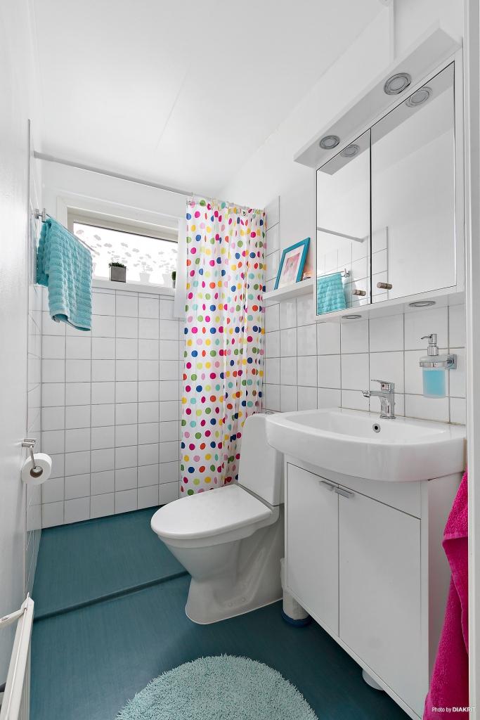 Ljust badrum med dusch