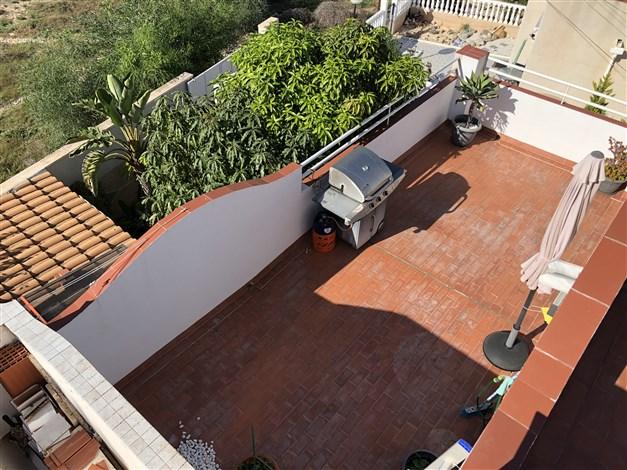 Från taket ner på takterrass och trädgård