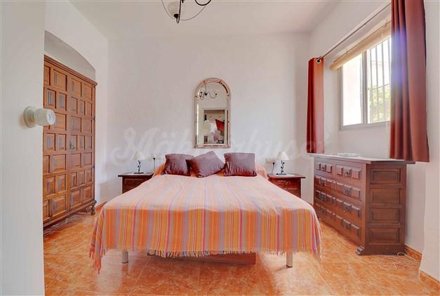 Rymligt sovrum med inbyggd garderob