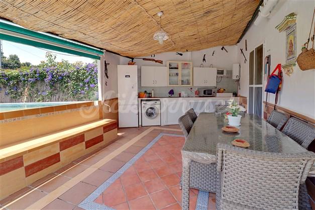 Kök och matplats intill poolområdet