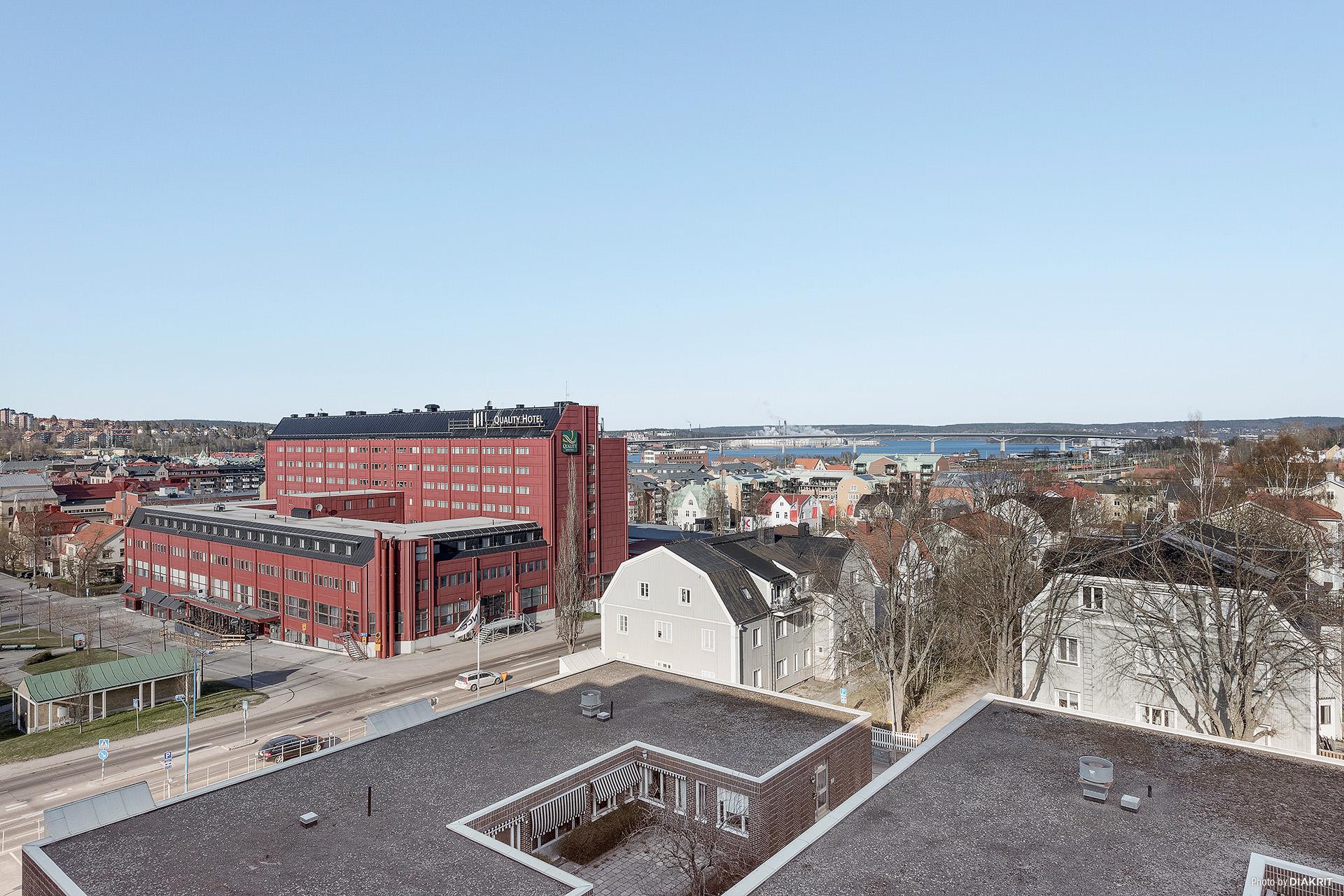 Utsikt mot Sundsvallsbron från matplatsen samt båda sovrummen