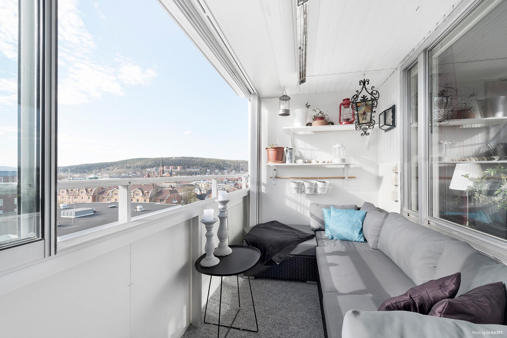 Rymlig inglasad balkong med eftermiddags- och kvällssol