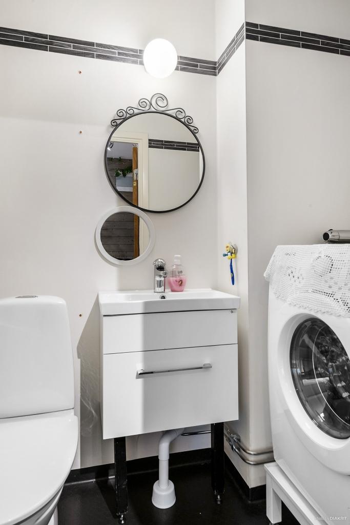 WC-rum med tvättmaskin.