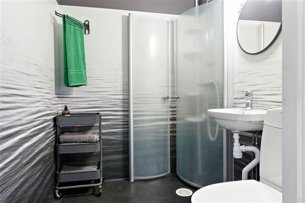 Duschrum med våtrumstapet.