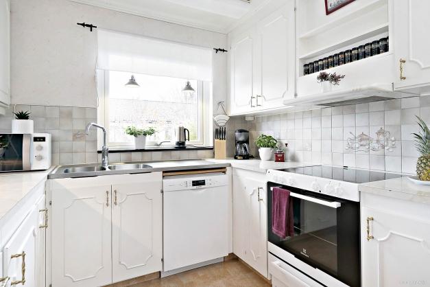 Kök med fönster nära diskplatsen