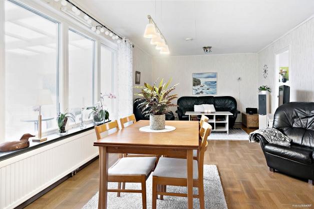 Vardagsrummet är stort och rymmer både matbord och soffgrupp