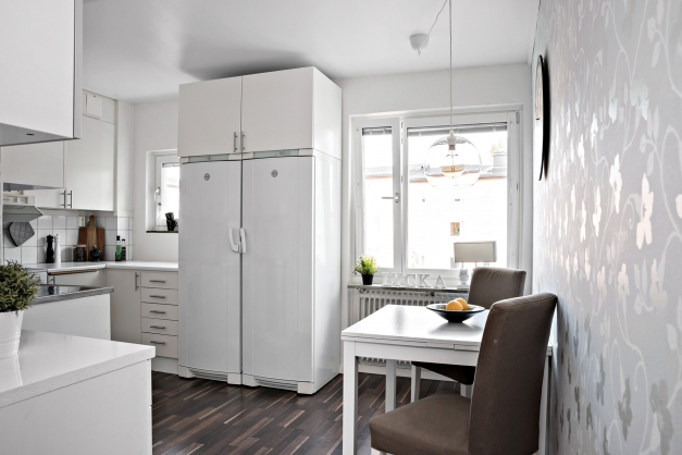 Ljust kök med fönster över arbetsyta