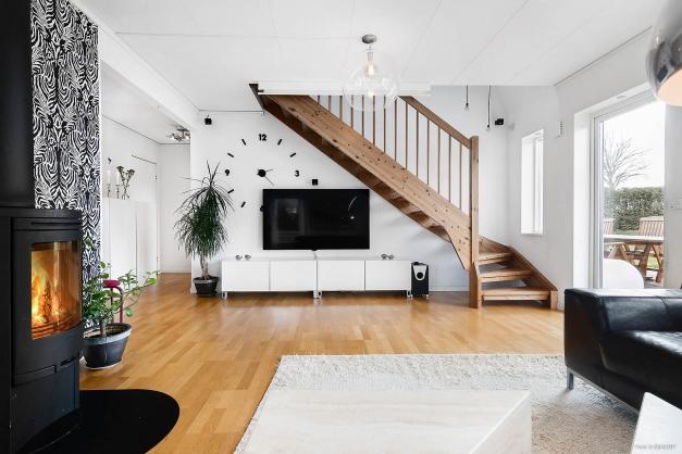 Vardagsrum mot ovanvåning och uteplats