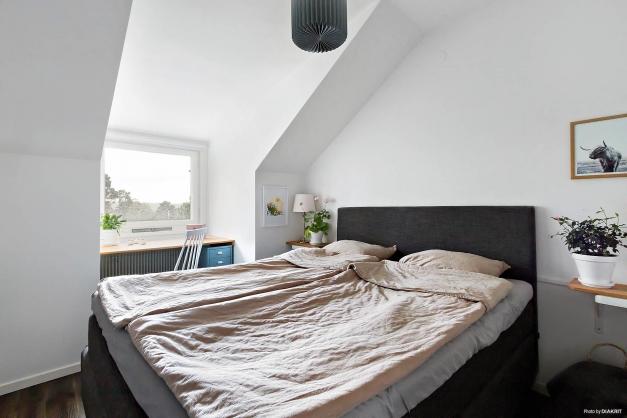 Sovrum med plats för både dubbelsäng och arbetshörna!
