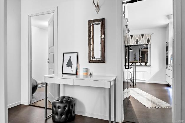 Mörka golv och ljusa väggar är enhetligt för hela lägenheten