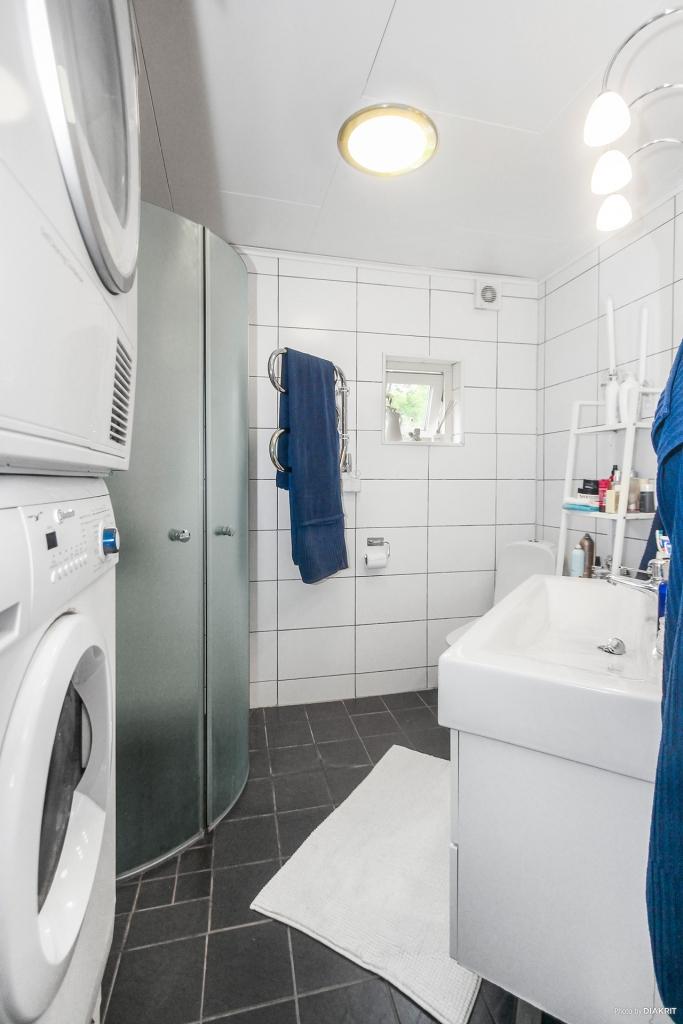 Toalett med dusch, tvättmaskin och torktumlare