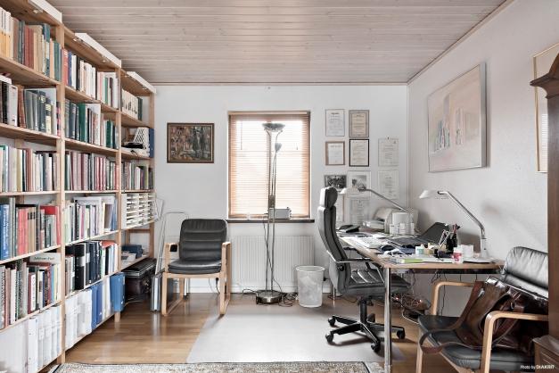 I vinkeldelen av vardagsrummet har nuvarande ägare inrett en arbetsplats. Denna del går även att dela av till ett sovrum.