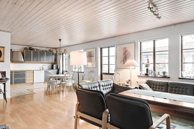 Stort härligt vardagsrum i öppen planlösning med kök och matplats!