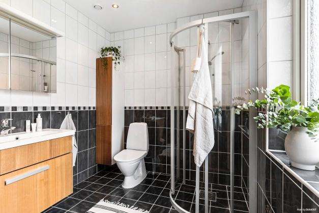 Helkaklat och fräscht badrum med golvvärme.