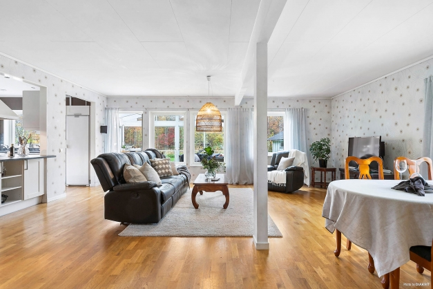 Vardagsrummet rymmer både stor soffgrupp samt matbord för flera gäster.