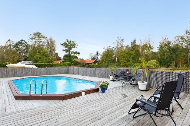 Här sitter man gärna och njuter av solen och tar ett dopp i poolen.