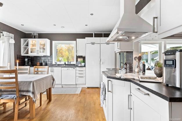 Köket har två diskhovar samt gedigen arbetsyta.