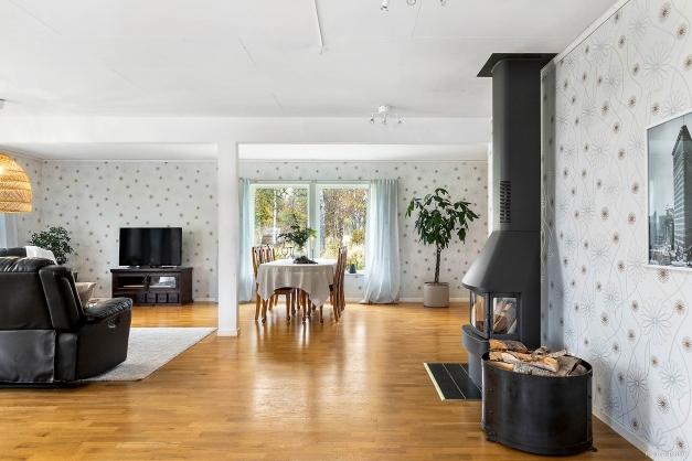 Välkommen in i en genomgående ljus och välplanerad villa.