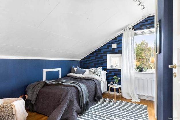 Mysigt sovrum med inbyggd garderob.