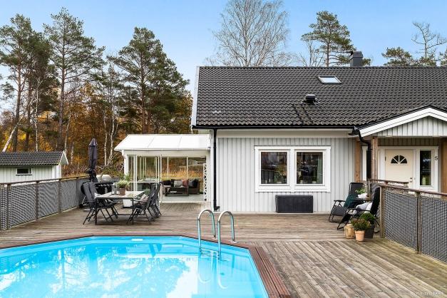 Här har man en stor träaltan samt en inbyggd uppvärmd pool.