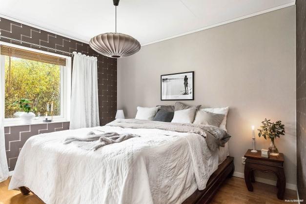 Stort och luftigt sovrum på entréplan.