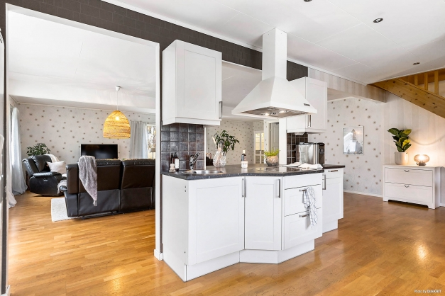 Från köket har du en luftig och öppen planlösning till vardagsrummet.
