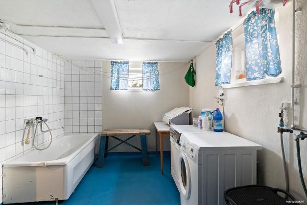 Tvättstuga med både badkar...